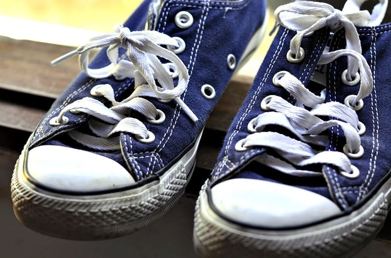 How to wash tennis shoes or sneakers housewife how tos how to wash tennis shoes or sneakers ccuart Gallery
