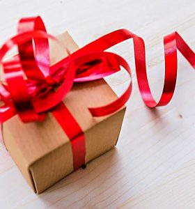 15 Gifts to get clean and organized - Brown paper box wrapped in red ribbon