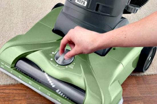 Adjusting vacuum head height